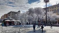 Bei Ottaviano tummeln sich Toruisten und Römer im Schnee. Südländische Kulisse in winterlichem weiß.