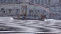 Auf den Stufen des Monumento a Vittorio Emanuele II. an der Piazza Venezia ist das Militär zum Schnee schippen bestellt worden.