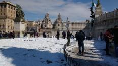 Auf dem ansonsten unbetretbaren Rasen daneben entstehet eine Versammlung von Schneemännern. :D